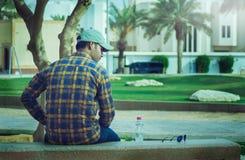 Sentada masculina india en el banco en un parque Fotos de archivo