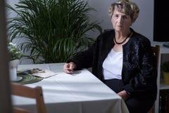 Sentada mayor de la mujer Imagenes de archivo