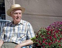 Sentada mayor en el banco Fotos de archivo libres de regalías