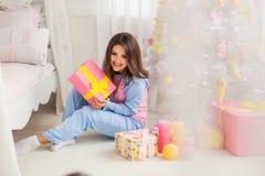 Sentada modelo atractiva en el piso Imagen de archivo libre de regalías