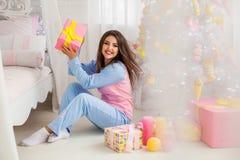 Sentada modelo feliz en el piso Imágenes de archivo libres de regalías