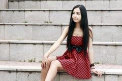 Sentada modelo joven en las escaleras foto de archivo libre de regalías