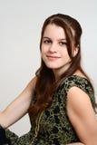 Sentada morena adolescente de la muchacha del retrato Foto de archivo