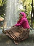 Sentada musulmán femenina en la fuente 1 Fotografía de archivo libre de regalías
