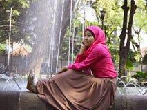 Sentada musulmán femenina en la fuente 2 imagen de archivo libre de regalías