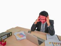 Sentada muy enojada principal caliente del hombre de negocios en su escritorio en aislado imagen de archivo
