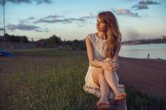 Sentada relajante sonriente de la mujer de la muchacha de la belleza joven Imagen de archivo