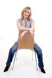 Sentada rubia en silla fotos de archivo