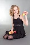 Sentada rubia joven con las manzanas Foto de archivo libre de regalías