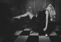 Sentada rubia rizada en el piano Imagenes de archivo