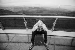 Sentada sola de la sola mujer en las montañas Imagen de archivo