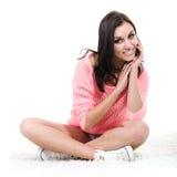 Sentada sonriente de la mujer joven de la aptitud Foto de archivo libre de regalías