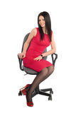 Sentada triguena joven en una silla imágenes de archivo libres de regalías