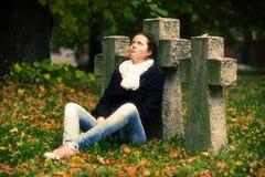 Sentada triste de la muchacha Foto de archivo libre de regalías