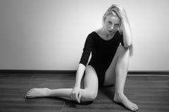 Sentada triste de la muchacha Imagen de archivo libre de regalías