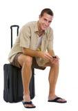 Sentada turística feliz en bolso de las ruedas Foto de archivo libre de regalías