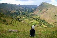 Sentada turística femenina en la cuesta de montaña del sitio arqueológico de Pisac, valle sagrado, Perú fotos de archivo