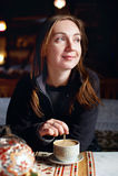 Sentada turística femenina en un café Foto de archivo
