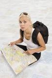 Sentada turística rubia joven Imagen de archivo