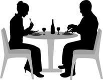 Sentada y cena de los pares Foto de archivo libre de regalías