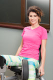 Sentada y ejercicio hermosos de la mujer para sus muslos internos Imagen de archivo libre de regalías