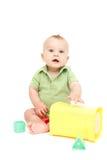 Sentada y el jugar del bebé Imagen de archivo