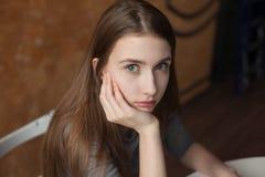 Sentada y pensamiento del adolescente Imagen de archivo libre de regalías
