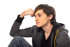 Sentada y pensamiento del hombre joven Imagen de archivo