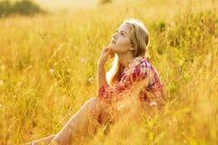 Sentada y sueño felices de la muchacha imagen de archivo libre de regalías