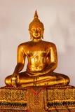 Sentando o fim da estátua da Buda acima, Tailândia fotografia de stock royalty free