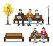 Sentando-se no banco, vários povos Imagens de Stock