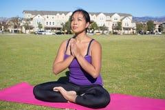 Sentando y meditando yoga imagen de archivo