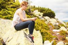 Sentar-se no monte e escuta a música Foto de Stock