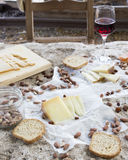 Sente-se por favor para baixo e coma-se Cadeira vazia na frente da variedade de queijo Imagem de Stock Royalty Free
