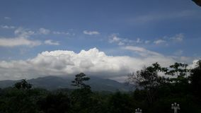 Sentez et soyez témoin du ciel lumineux de Sri Lanka images libres de droits