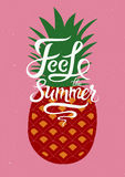 Sentez l'été Affiche calligraphique de fruit d'été avec l'ananas Rétro illustration de vecteur Photo stock