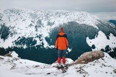 Sentez la liberté et appréciez les belles montagnes d'hiver photographie stock