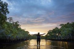 Sentez-vous gratuit dans un coucher du soleil Photo libre de droits