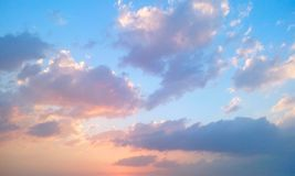 Sentez-vous libre dans le ciel images libres de droits
