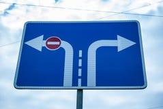 Sentido de sinal de estrada de tráfego e de entrada proibidos no fundo do céu imagens de stock royalty free