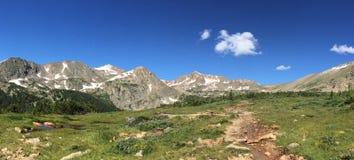 Sentier de randonnée alpin en montagnes du Colorado Images libres de droits