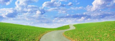 Sentier de randonnée d'enroulement et ciel nuageux Images stock