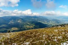 Sentier de randonnée dans le paysage de montagne des Alpes d'Allgau sur la vue gentille de Fellhorn Photo libre de droits