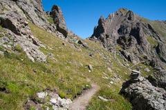 Sentier de randonnée par les montagnes Photographie stock