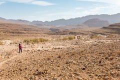 Sentier de randonnée de quatre randonneurs, désert du Néguev, Israël Image stock