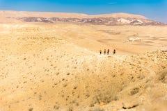 Sentier de randonnée de quatre randonneurs, désert du Néguev, Israël Photos stock