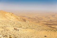 Sentier de randonnée de quatre randonneurs, désert du Néguev, Israël Images stock