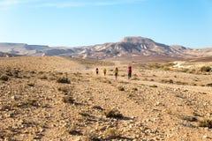 Sentier de randonnée de quatre randonneurs, désert du Néguev, Israël Image libre de droits