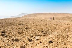 Sentier de randonnée de trois randonneurs, désert du Néguev, Israël Photo libre de droits