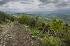 Sentier de randonnée un jour nuageux Photographie stock libre de droits